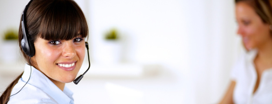 Junge Frau mit Headset in einem Call-Center.